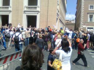 Una domenica di gente qualunque  a San Pietro per vedere Francesco