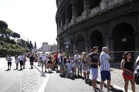 Stranieri costernati:  Colosseo chiuso di nuovo per due ore  turisti con biglietto in fila sotto il sole