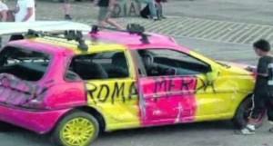 Stupida esibizione leghista atalantina  contro la Roma ad Orio al Serio  carro armato lanciato contro auto giallo rossa.
