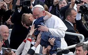 Con la Messa celebrata sulla spiaggia di Copacabana al freddo e a tratti con la pioggia  Papa Francesco davanti a 500 mila fedeli ha aperto la Giornata Mondiale della Gioventù