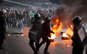 """Sciolto il Parlamento. Continua la battaglia nelle piazze e nelle strade del Paese. 17 morti e molti feriti nel """"venerdì di rivolta"""" in Egitto. Le vittime dei giorni scorsi sarebbero 52, più di 2600 i feriti"""