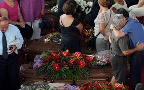 Esequie a Pozzuoli delle vittime dell'autobus  precipitato da un viadotto. Sgomento e commozione