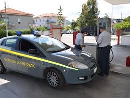L'impegno della Guardia di Finanza:  caccia serrata ai distributori taroccati  che erogano sempre meno carburante