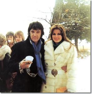 """Oggi del 1977:  Elvis Presley muore a Memphis a soli 42 anni  in poche ore in 80 mila davanti al """"cancello"""""""