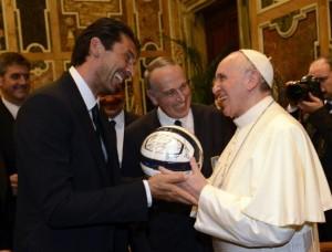 """Papa Francesco a italiani ed argentini:  uomini con responsabilità """"sociali""""  Balotelli in """"dribling"""" per parlargli da solo  Il Papa all'Olimpico per vedere la partita?"""