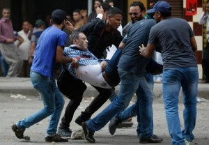 Altri morti e feriti in varie parti dell'Egitto  Si sparerebbe sulla folla dagli elicotteri  Fratellanza Musulmana senza leadership  Governo e militari in crisi con Occidente