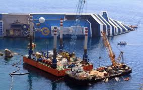 Tutti con il batticuore all'isola del Giglio  attendendo la rimozione del Concordia.  La manovra dovrebbe durare 10-12 ore.  Il parere di Belfiore, paroliere-marinaio