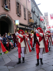 II Palio di Asti alla Torretta, dopo il rinvio per la morte di un cavallo. Proteste delle associazioni ambientaliste che chiedono la cancellazione di queste gare.