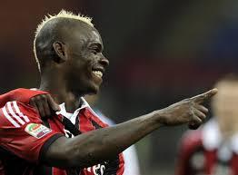 Vince il Napoli ed è solo in testa. Due pareggi nel doppio derby Milano-Torino: Inter-Juventus 1-1 e Torino-Milan 2-2