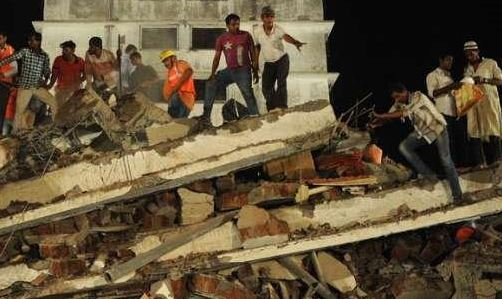 Crolla un edificio a Mumbai, in India. Due morti, ma almeno 80 persone intrappolate sotto le macerie