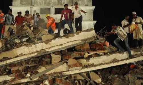 Crolla un edificio a Mumbai, in India. Due morti, ma almeno 80 persone intrappolate sotto le macerie