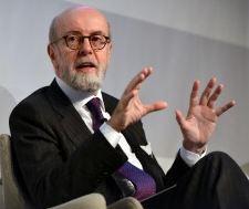 Intesa perde e, poi, recupera un pò. Perdite di capitalizzazione e crisi italiana si fanno sentire. Istituti stranieri pronti a comprare sul mercato delle banche italiane.