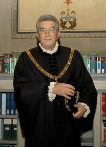 Gaetano Silvestri nuovo presidente della Corte Costituzionale. La Consulta spaccata. Brutto segnale per Berlusconi?