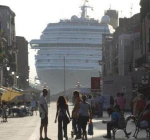 Proteste a Venezia contro le navi da crociera. Celentano spara a zero da una pagina a pagamento del Corriere della Sera