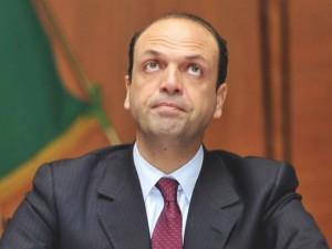 Berlusconi in retromarcia? Alfano gli vuole imporre un nuovo sì a Letta o sarà scissione. Giovanardi: noi moderati siamo tanti