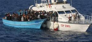 """Altri 50 morti su un secondo barcone affondato nel Canale di Sicilia. Il bilancio di Lampedusa si aggrava: 339 i corpi recuperati. Il ministro Kyenge: """"Ora pattugliamenti contro i trafficanti di esseri umani"""""""