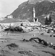 Cinquant'anni fa, il disastro della diga del Vajont. Sette comuni rasi al suolo. 1910 le vittime. A mezzo secolo di stanza le prime verità:il disastro poteva essere evitato
