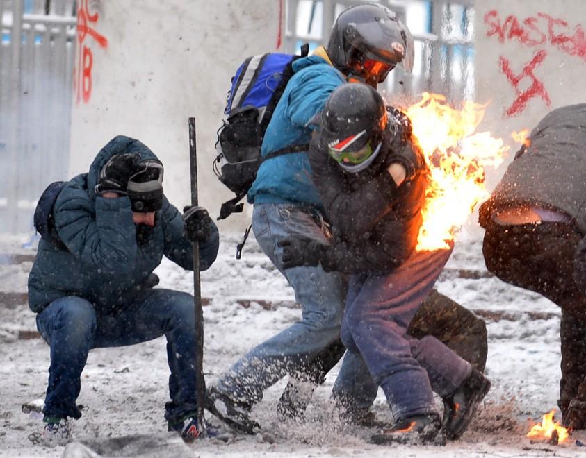 """Delusa in Ucraina l'opposizione filo-europeista dal vertice con Yanukovich: """"solo"""" la scarcerazione nei prossimi giorni dei 75 dimostranti arrestati a Kiev. Proseguono violenti scontri"""