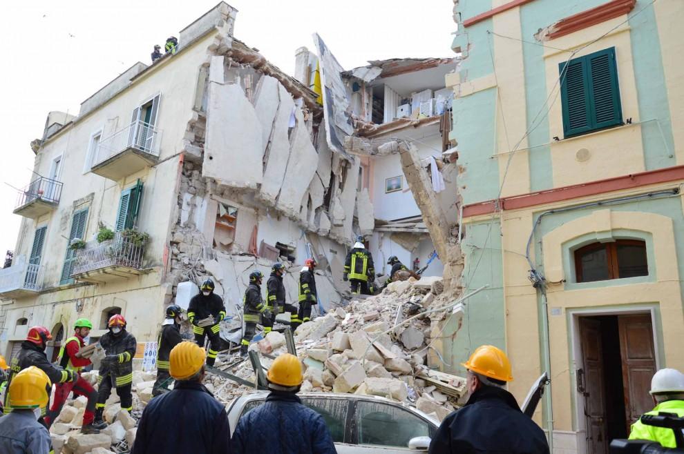 Morta una donna di 31 anni nel crollo della palazzina nel centro di Matera. Sette i feriti, uno gravissimo. Lavori per realizzare un ristorante forse causa di un cedimento strutturale