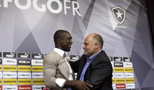 Clarence Seedorf lascia da giocatore il Botafogo per la panchina del Milan. La telefonata a Rio di Silvio Berlusconi