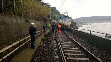 Intercity deraglia sulla Milano-Ventimiglia per il crollo di un balcone. Cinque feriti. Avviata l'indagine