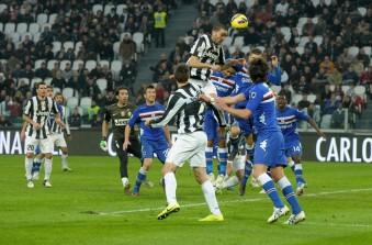 Dodicesima vittoria consecutiva della Juventus a Torino con 4-2 sulla Samp. La Roma tiene il passo, 3-0 al Livorno