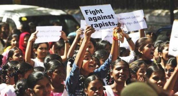 Nell'India che deve giudicare i Marò: ragazza fatta violentare da dieci uomini per punirla di una relazione con un giovane di diversa tribù. Il selvaggio stupro deciso dal Consiglio degli anziani del villaggio