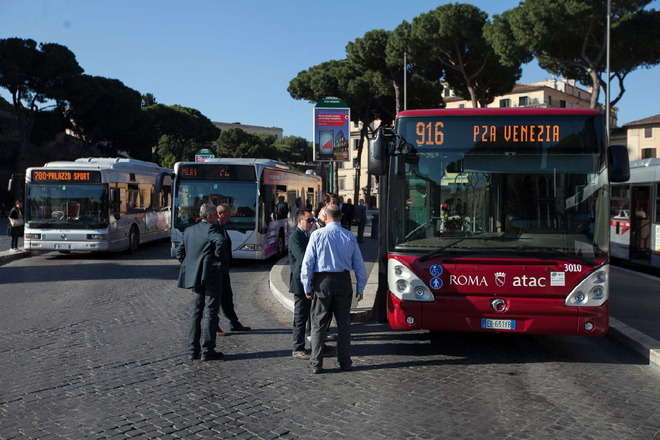 """Lotta ai  """"furbetti"""" senza biglietto sui bus di Roma: si salirà dalla porta anteriore mostrando il ticket al conducente. Aumentano i controllori anche non in divisa"""