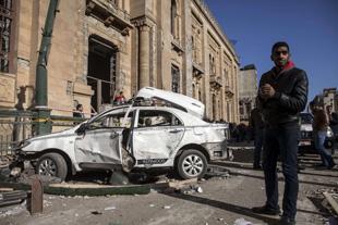 Scontri e terrorismo a Il Cairo alla vigilia dell'anniversario della caduta di Mubarak. Diciannove morti e decine di feriti, ma la tensione cresce. Devastata la sede centrale della polizia