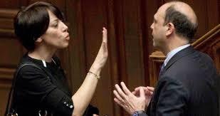 Nunzia De Girolamo si è dimessa da ministro perché il Governo non l'ha difesa. La vigilia del dibattito sulla legge elettorale trova tutti i partiti divisi. Fratture nel Pd. Fitto ( FI ) polemico con Berlusconi