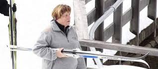 La Merkel cade facendo sci di fondo e si frattura il bacino. Niente di grave, presiederà il prossimo CdM
