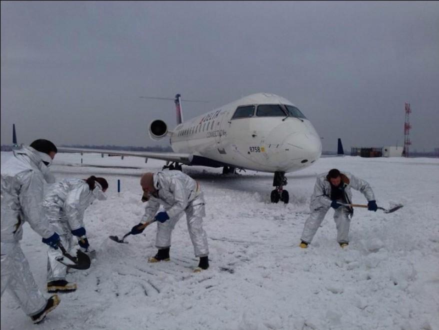 Aereo Delta Air Lines in atterraggio con 35 a bordo finisce fuori pista per il ghiaccio al JFK di New York. Nessun danno