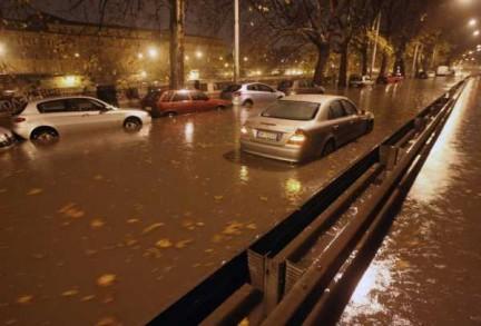Violento nubifragio dalle prime ore del mattino su Roma. Molti gli allagamenti e gli alberi caduti. Ora situazione normale