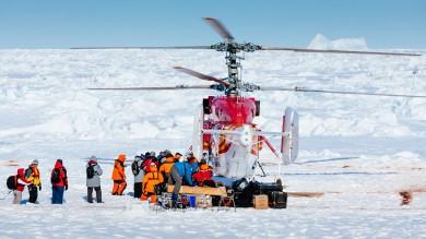 """I passeggeri del rompighiaccio russo bloccato in Antartide trasbordati in elicottero. Un """"pericolo che non c'era"""" enfatizzato dai media"""