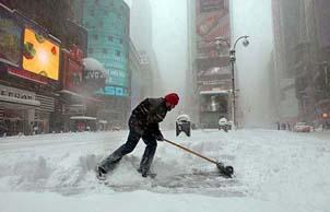 Prima ondata 2014 di grande freddo e neve a New York e in tutta la zone del nord east degli Stati Uniti. Chiusi gli aeroporti