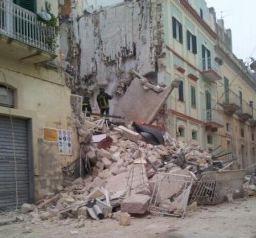 Si cercano altre persone travolte nella palazzina crollata a Matera. Salvato un settantenne