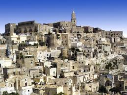 Crolla a Matera una palazzina. Un settantenne estratto vivo dalle macerie. Si continua a scavare per cercare due persone