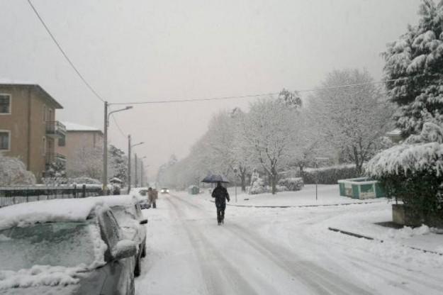 Le previsioni meteo parlano prima di freddo e neve e, poi, di un innalzamento delle temperature. Aumentano i rischi in montagna
