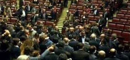 """La Camera approva il decreto Imu- Banca d'Italia, ma esplode la protesta """"grillina"""". Veri e propri scontri fisici ed occupazione banchi del Governo"""