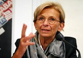 """Emma Bonino commossa e delusa dal """"ben servito"""" di Renzi parla a Roma alla folla che l'acclama. """"Ho lavorato tantissimo, non sono un robot. Ora ho voglia di rimanere un po' sola"""""""