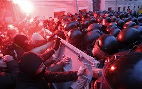La polizia ucraina assalta a Kiev la piazza Maiden. Idranti, mezzi blindati, cariche e fuoco alle tende dei dimostranti. 13 morti e centinaia di feriti mentre non si placa la violenza. Il mondo preoccupato