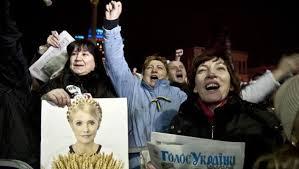 Delicata la situazione in Ucraina. L'ex presidente Yanukovich ricercato per strage. I Russi tagliano gli aiuti. La Merkel parla con Tymoshenko e Putin: serve sforzo per il bene del Paese