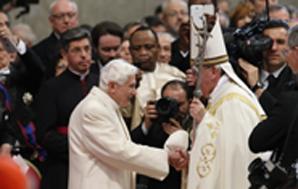 Papa Francesco a San Pietro ordina 19 nuovi cardinali. L'abbraccio con Benedetto XVI per la prima volta presente a una cerimonia ufficiale