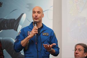 Luca Parmitano all'Università La Sapienza di Roma parla del film Gravity nei cinema dal 26 febbraio raccontando la sua esperienza di astronauta a bordo della Iss. E lancia un concorso tra gli studenti ingegneri aerospaziali di domani
