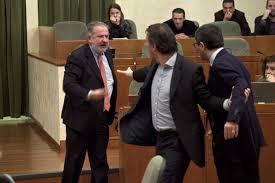 """Senza ritegno. Zitti zitti i Consiglieri piemontesi con una norma lampo arraffano 7 milioni di euro destinati ai loro """"vitalizi"""". Vista la brutta aria meglio """"pochi e subito"""""""
