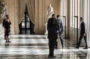 Matteo Renzi incaricato di formare il nuovo Governo accetta con riserva. Qualche giorno di consultazioni. L'ex sindaco di Firenze presenta il calendario delle cose da fare in fretta