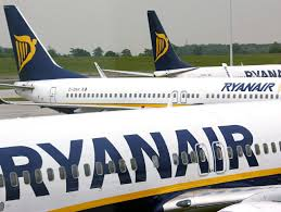 """Ryanair rende noto che da subito smartphone e tablet potranno rimanere accesi da decollo ad atterraggio purchè in modalità """"in volo"""".  Sembrerebbe…ma poi è chiaro che non è l'attesa novità"""