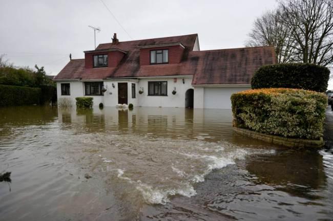 """Il Tamigi ai livelli più alti da 60 anni. Il Premier britannico Cameron assicura che """"non si risparmierà"""" sulle operazioni di soccorso necessarie"""