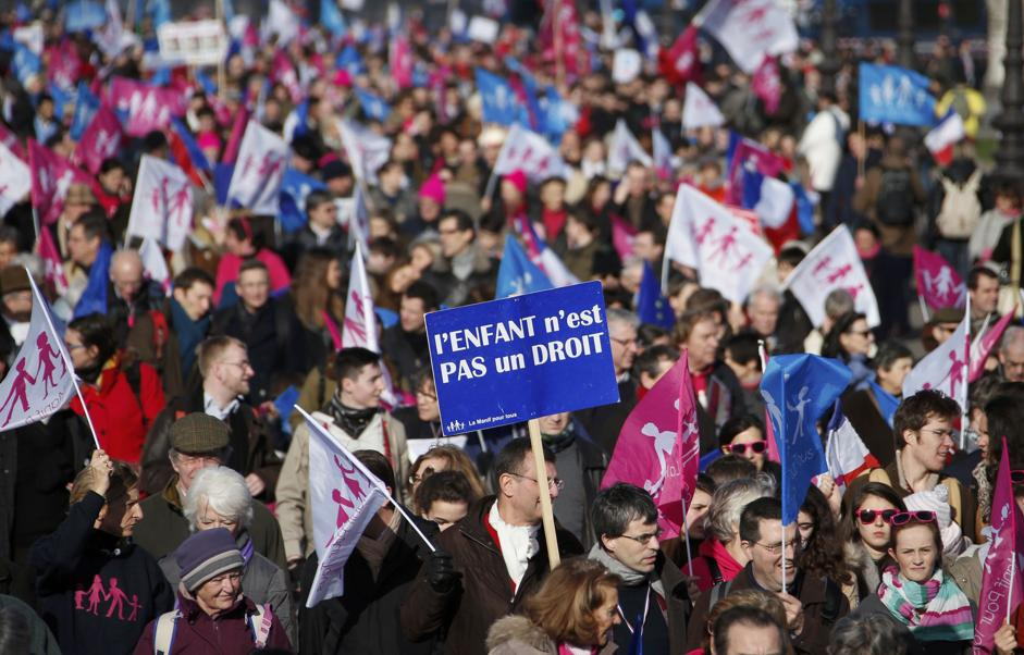 Salta la nuova legge sulla famiglia a lungo annunciata dal governo socialista francese, i movimenti anti nozze gay della Manif pour Tous festeggiano la vittoria