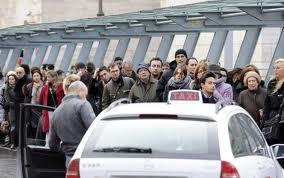 Duello rusticano a colpi di accetta e coltello a Fiumicino per un cliente da portare a Roma. Arrestati un noleggiatore d'auto ed un tassista abusivo